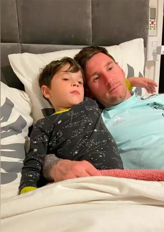 Bà xã Antonella của Messi chia sẻ hình ảnh anh nằm trên giường ôm con trai khi về nhà. Hiện tại, tương lai của siêu sao Argentina được nhiều người quan tâm bởi anh đã hết hạn hợp đồng với Barca và trở thành cầu thủ tự do từ ngày 1/7. M10 bà Barca đang đàm phán gia hạn hợp đồng nhưng cũng không ngoại trừ khả năng anh sẽ có bến đỗ mới.