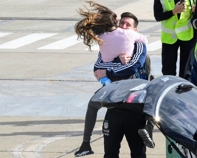 Cô vợ Antonella ra sân bay đón Messi. Khi vừa trông thấy anh, người đẹp 33 tuổi lao tới nhảy lên ôm cổ chồng.