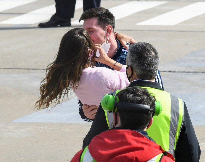 Messi và vợ ôm hôm thắm thiết khi gặp lại sau khoảng một tháng xa nhau.