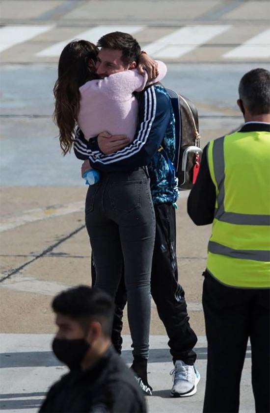 Messi và Antonella quen nhau từ khi còn bé. Cặp đôi bắt đầu yêu từ năm 2007 và làm đám cưới 10 năm sau đó. Hiện tại, vợ chồng anh có ba đứa con trai.