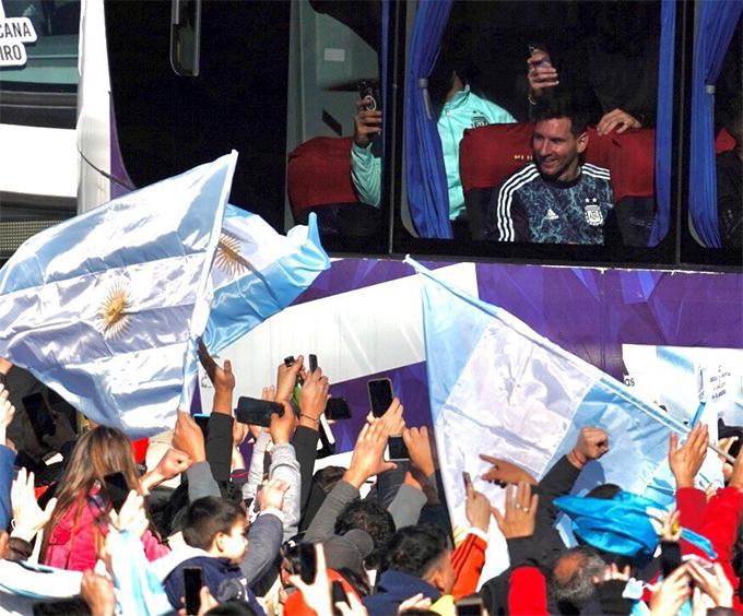Hàng nghìn CĐV đổ ra đường chào đón Messi và đồng đội về nước.