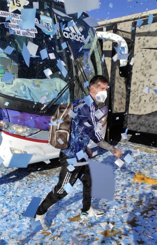 Messi và các đồng đội có mặt tại trụ sở Liên đoàn bóng đá Argentina để tham gia lễ mừng công.