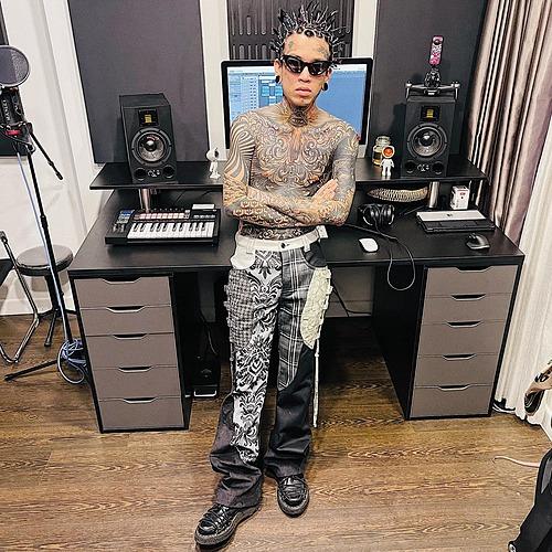 Rapper Dế Choắt gây ấn tượng với loạt hình xăm khắp cơ thể và phong cách ngầu.