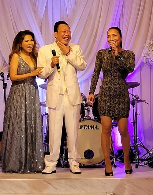 Ca sĩ Hồng Ngọc đến dự tiệc chúc mừng vợ chồng Lê Quang - Cam Thơ kỷ niệm 27 năm ngày cưới.