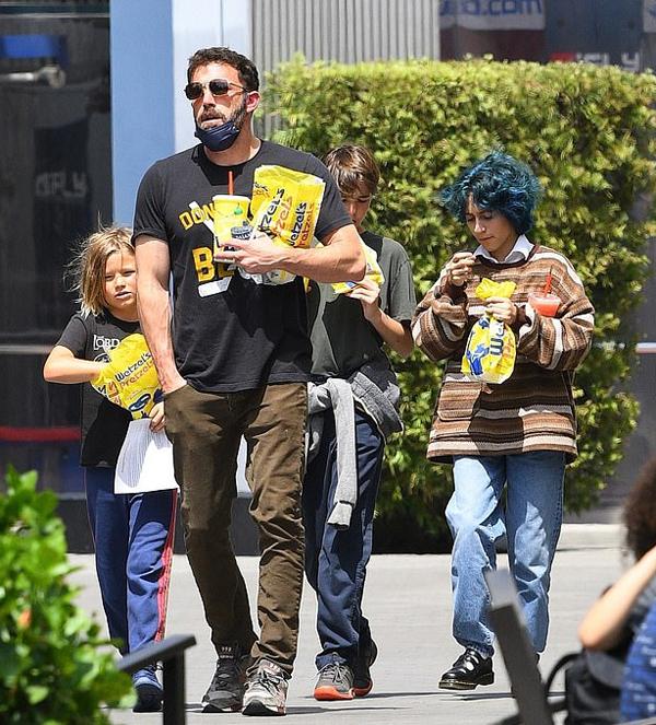 Emme (bên phải) trải qua ngày chủ nhật trong công viên cùng chú Ben Affleck. Gần đây cô bé thường xuyên đi chơi với các con của Ben từ khi chuyển về Los Angeles sống cùng mẹ vào mùa hè.