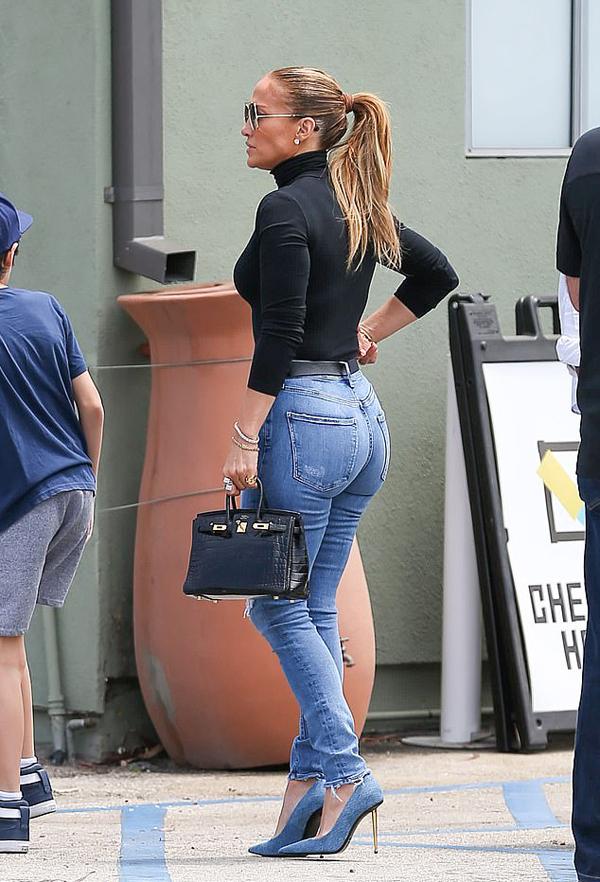Jennifer Lopez hiện vừa bận quay phim, ra MV mới và kinh doanh mỹ phẩm vừa dành thời gian ổn định chỗ ở cho các con. Hôm 10/7, cô được trông thấy đưa con trai đi tìm trường mới.