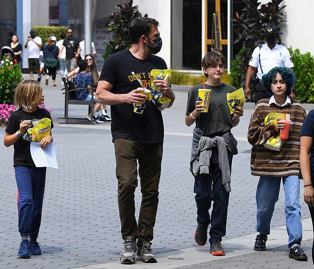 Ben dẫn theo hai con của anh là Samuel 9 tuổi và Seraphina 12 tuổi. Tài tử còn có con gái cả Violet 15 tuổi với vợ cũ - diễn viên Jennifer Garner.
