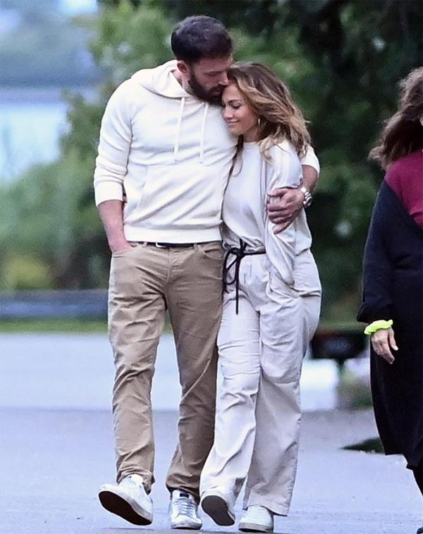 Jennifer tiết lộ rằng cô đang có cuộc sống mới siêu hạnh phúc bên Ben Affleck. Họ từng hẹn hò vào đầu thập niên 2000 và bất ngờ tái hợp vào tháng 5 vừa qua. J.Lo đón nhận tình yêu nồng nhiệt của Ben và quyết định chuyển về sống gần bên anh.