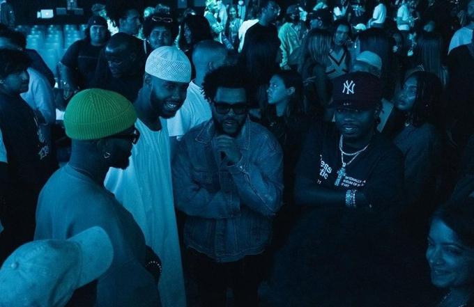 The Weeknd (đeo kính) trò chuyện với Mustafa.