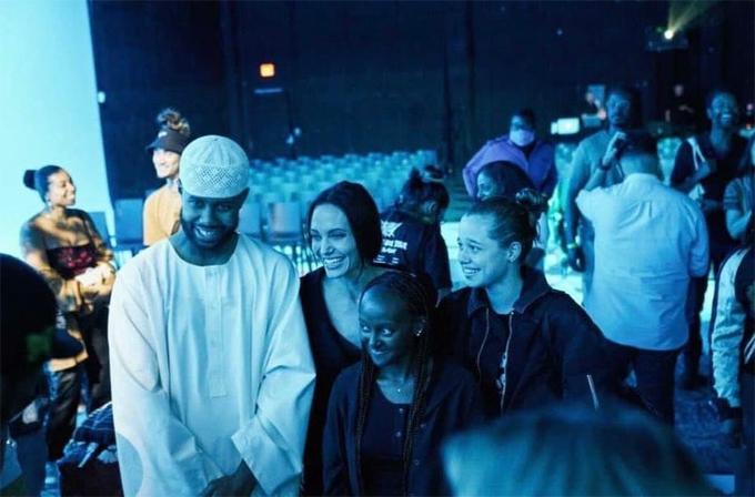 Angelina và hai con gái chụp ảnh với Mustafa.