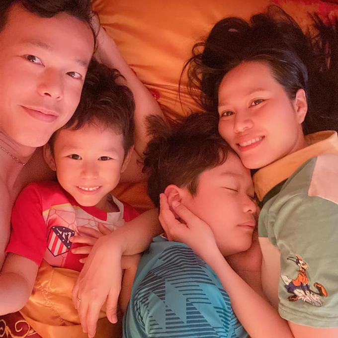 Tấn Trường hạnh phúc bên vợ và hai con trai. Ảnh: TT.