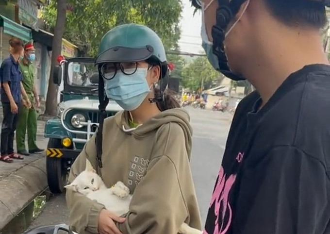 Cô gái ở Long An bị xử phạt vì bế mèo đi khám trong lúc tỉnh này đang thực hiện chỉ thị 16.