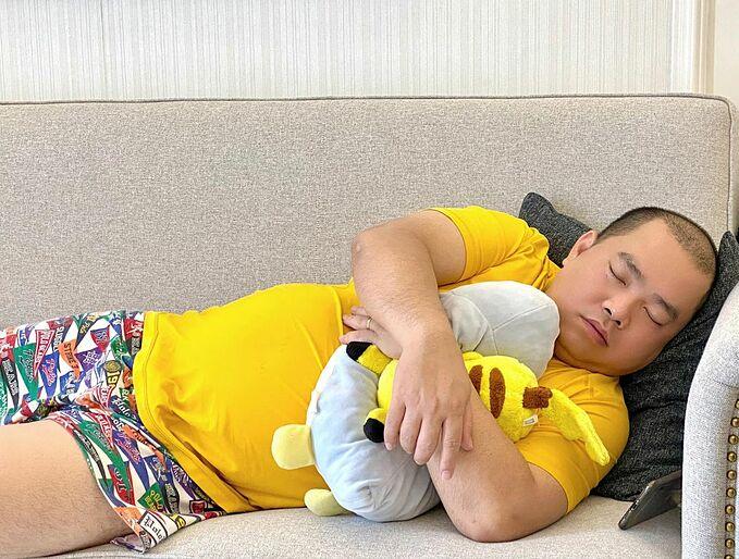 Cựu người mẫu Thúy Hạnh đăng ảnh chụp lén ông xã Minh Khang đang say giấc và hài hước bình luận: Em bé chồng dễ nuôi lắm, cứ ăn xong là ngủ.