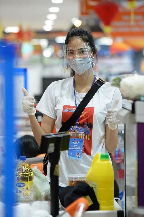Á hậu Hoàng Thùy làm tình nguyện viên giúp người dân mua hàng ở siêu thị trong ngày dịch.  MC Hoàng Oanh so sánh ảnh con trai (phải) và chồng hồi nhỏ rồi nhận xét: Nhìn là biết răng thưdi truyền từ ai rồi hen? Ta nói ông Jack dậy thì 200% thành công.
