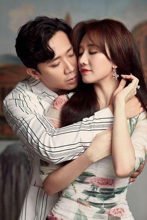 Trấn Thành kể bà xã Hari Won nói với mẹ cô: Ngày này 5 năm trước anh Xìn cầu hôn con đó mẹ. Bà liền đáp: Chắc nó hận ngày này lắm. Nam MC khen mẹ vợ thật mặn và không quên nói lời ngọt ngào với vợ: I love you honey.