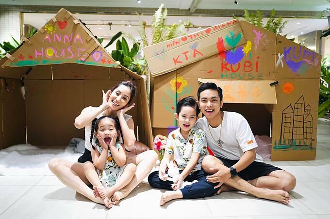 Hai con nhà Khánh Thi - Phan Hiển thích thú khi được sở hữu nhà mới của riêng mình.