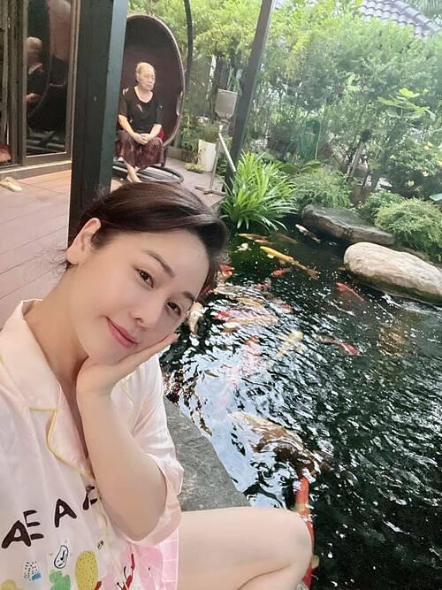 Ca sĩ - diễn viên Nhật Kim Anh sống bình yên bên mẹ. Khác với cuộc sống bận rộn quay cuồng với công việc như trước, cô tranh thủ thời gian giãn cách này để được ở bên và chăm sóc cho mẹ nhiều hơn.