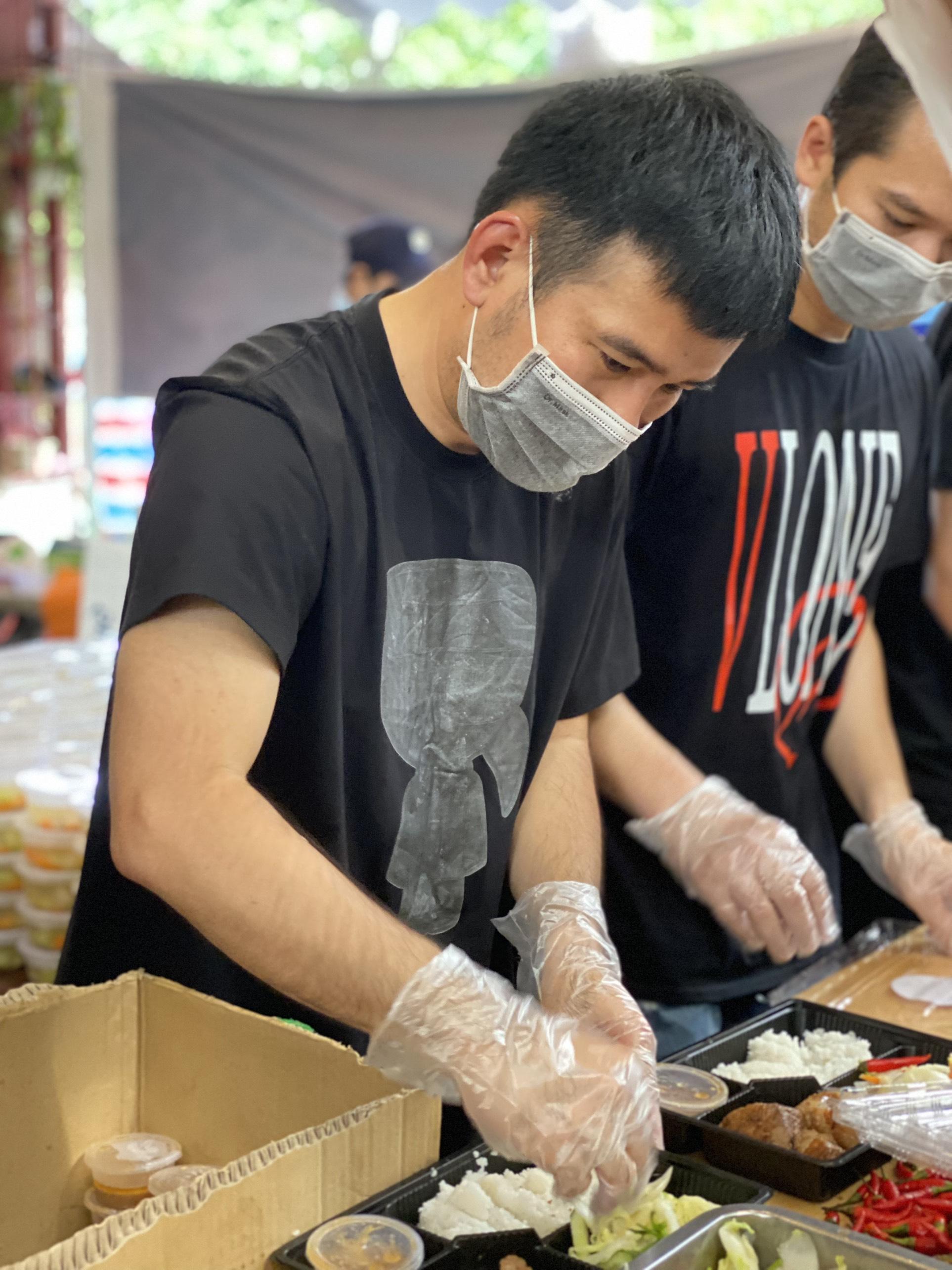 Nhà thiết kế Lê Thanh Hòa cẩn thận chăm chút từng hộp cơm.