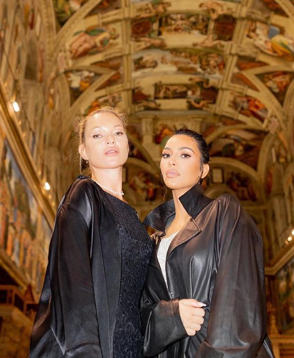 Kate Moss (trái) và Kim Kardashian cùng tham quan các địa điểm nổi tiếng tại Thành Vatican.