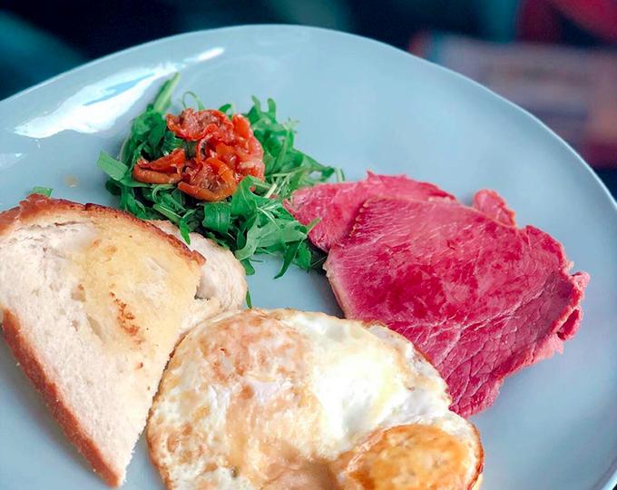 Bữa ăn nhìn đơn giản nhưng khá giàu protein với món corned beef, ăn kèm trứng và bánh mì. Món ăn này tưởng như liên quan đến ngô nhưng thực chất chỉ là tên gọi mà thôi. Đây là món thịt bò muối: phần ức của thịt bò được ướp muối để bảo quản thịt. Loại muối được sử dụng là muối mỏ hạt lớn, còn được gọi là muối ngô. Món salad là rau rocket và sun dried tomatoes - loại cà chua được phơi nắng. Những quả cà chua này thường được xử lý trước bằng sulfur dioxide hoặc muối trước khi đem phơi nắng để cải thiện màu sắc và hình thức.