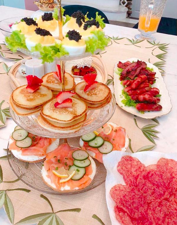 Bữa sáng muộn (brunch) cầu kỳ của nhà Stephanie được cô bày biện trên đĩa tầng, chỉn chu và sang trọng như ở nhà hàng 5 sao. Thực đơn gồm có trứng ác quỷ (deviled egg), là món trứng được tách lòng đỏ, trộn các thành phần và đổ lên phần lòng trắng), chị chồng Hà Tăng cho thêm phần topping là trứng cá caviar đắt đỏ. Ngoài ra, bữa sáng còn có bánh mì với cá hồi hun khói, kem phô mai và bánh pancake dâu.