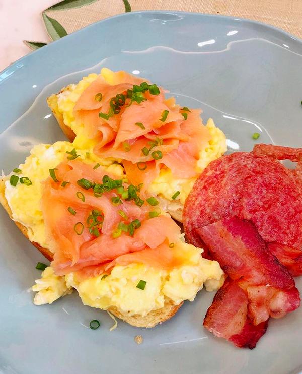 Sinh ra và lớn lên ở Philippines nên cả hai vợ chồng Stephanie Nguyễn đều ưa thích các món ăn kiểu Âu. Bữa sáng yêu thích của anh Martin - ông xã cô - là bánh mì sourdough, trứng đánh kem cùng nấm truffle, cá hồi xông khói, thịt hun khói và xúc xích salami chiên giòn.