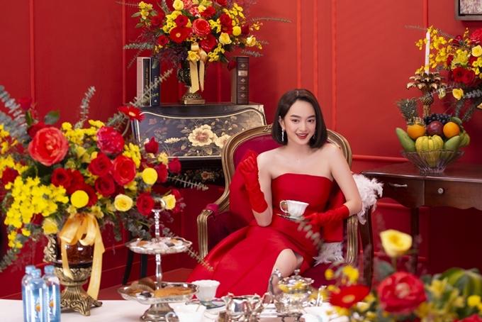 Gen Z (thế hệ Z) là cụm từ chỉ những người sinh ra trong giai đoạn 1995 - 2012. Hiện tại, thế hệ này ngày càng khẳng định tiếng nói riêng trong xã hội. Đối với showbiz Việt, nhiều gương mặt Gen Z đang được ghi nhận về tài năng.  Kaity Nguyễn (sinh năm 1999) là diễn viên hiếm hoi tại Việt Nam vụt sáng thành sao ngay phim đầu tiên. 18 tuổi, cô chinh phục khán giả với vai chính trong phim doanh thu 171 tỷ đồng Em chưa 18. 21 tuổi, cô khẳng định bản lĩnh diễn xuất khi đứng cạnh dàn sao kỳ cựu Thái Hòa, Đức Thịnh, Hồng Ánh trong Tiệc trăng máu. 22 tuổi, cô đạt thêm độ chín trong nghề với Gái già lắm chiêu V.  Tài tử Hứa Vĩ Văn gọi Kaity Nguyễn là cục cưng của màn ảnh Việt, một báu vật hút hết năng lượng xung quanh để tỏa sáng. Diễn viên Hồng Ánh khen Kaity mang vẻ đẹp căng mọng, diễn xuất thông minh. Cuối năm nay, Kaity sẽ kết hợp cùng ngọc nữ Ninh Dương Lan Ngọc trong phim Tứ đại mỹ nhân.