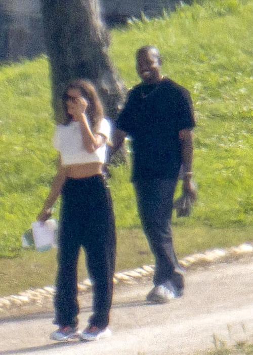 Kanye West và Irina Shayk đi dạo bên ngoài khách sạn ở Provence.
