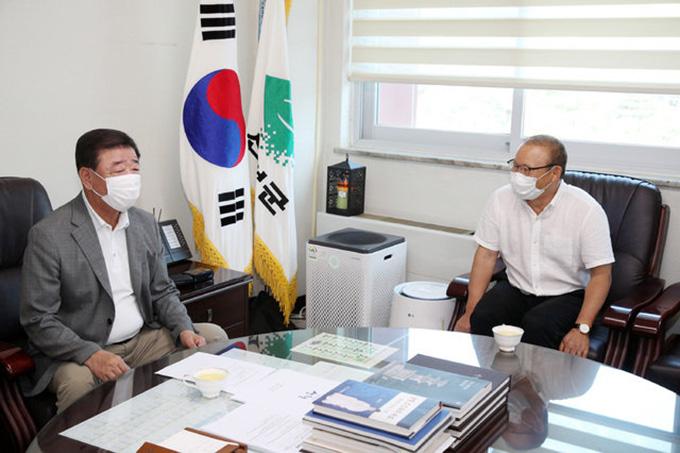 HLV Park trò chuyện cùng lãnh đạo quận Sancheong. Ảnh: SN.