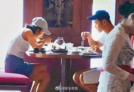 Cặp sao bị bắt gặp đi ăn với nhau.