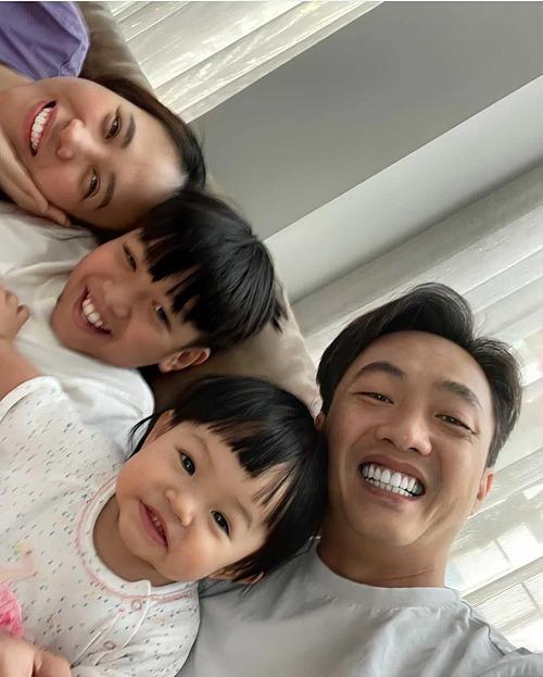 Đàm Thu Trang đăng ảnh kỷ niệm tấm hình đầu tiên con gái Suchin biết selfie cùng ba mẹ và anh hai Subeo. Bà xã Cường Đôla đồng thời nhắn nhủ: Gia đình Beo - Chin mong mọi người nâng cao ý thức thực hiện 5K và cùng nhau chiến thắng.