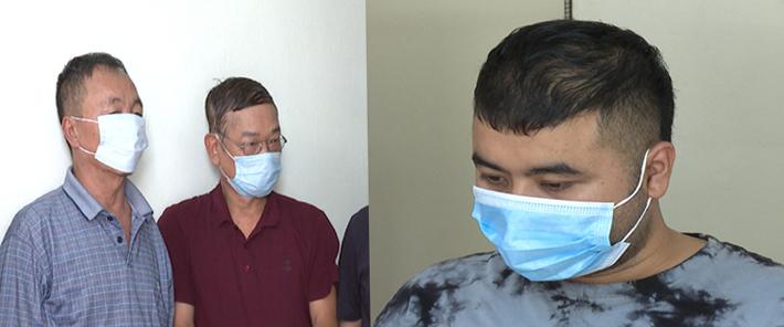 Nguyễn Hoàng Hải (phải) và hai nghi can khác trong đường dây cá độ. Ảnh: Lam Sơn.