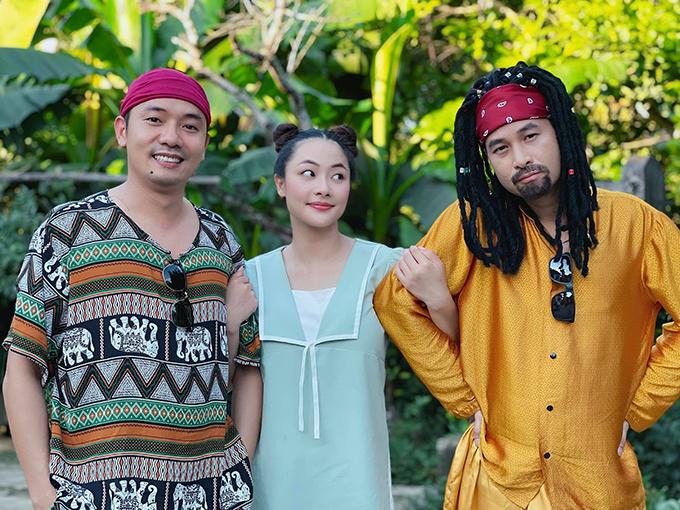 Huyền Thạch bên Việt Bắc (trái) và Anh Đức tại hậu trường cảnh hai người giả làm người nước ngoài để lừa cô gái sống ảo và tham lam.