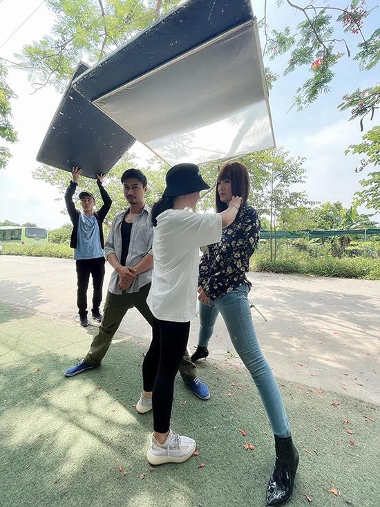 Sở hữu chiều cao vượt trội so với nhân viên tổ phục trang nên cả Duy Hưng và Thanh Hương đều phải dạng chân trong lúc chỉnh trang đầu tóc, trang phục giữa các set quay.