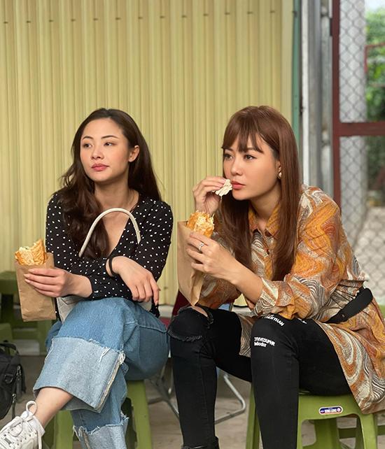 Thanh Hương cùng Huyền Thạch ăn tạm bánh mì cho bữa trưa trong lúc bận rộn. Trong phim, Huyền Thạch vào vai Hoa - em họ của Lệ.