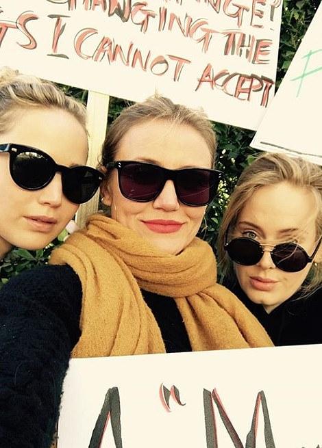 Adele (phải) bên hai diễn viên Jennifer Lawrence và Cameron Diaz.