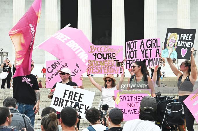 Người hâm mộ biểu tình trước tòa án và nhiều nơi trước phiên điều trần ngày 14/7.