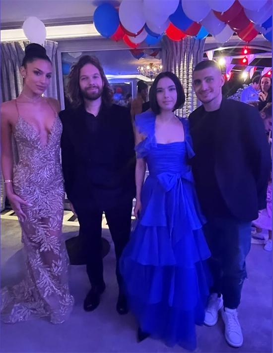 Verratti (ngoài cùng bên phải) và Jessica Aidi (ngoài cùng bên trái) trong tiệc chiêu đãi bạn bè tối 14/7. Ảnh: Instagram.