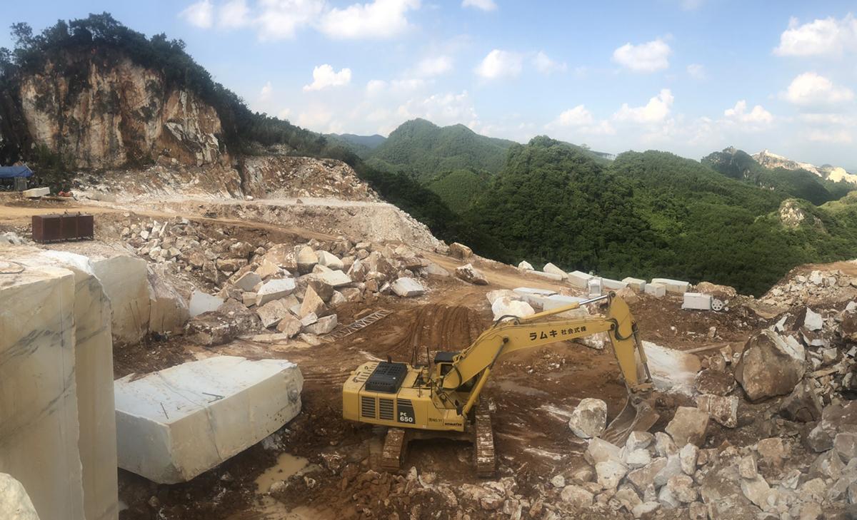 Thời điểm cảnh sát ập vào mỏ khai thác khoáng sản trái phép. Ảnh: Văn Trọng