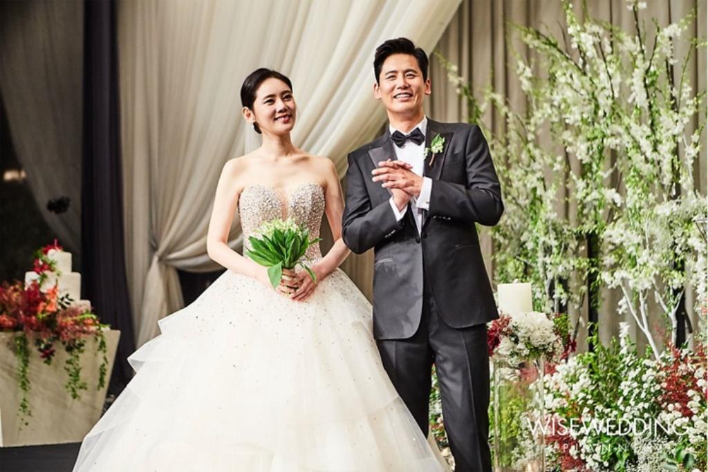 Choo Ja Hyun và Vu Hiểu Quang trong ngày cưới.