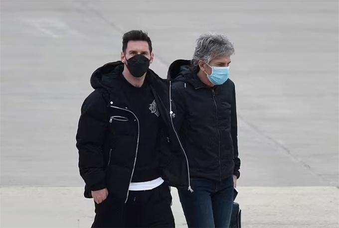 Messi và bố tại sân bay Rosario. Ảnh: AFP.