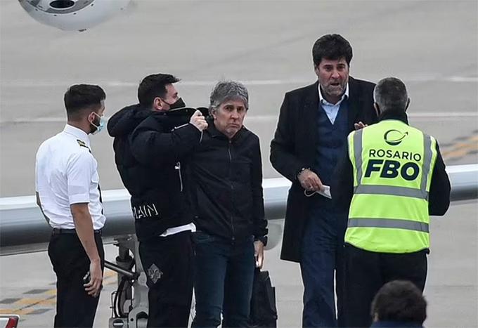 An ninh sân bay ban lệnh sơ tán khẩn cấp khi nhận tin có bom trong chuyên cơ của Messi. Ảnh: AFP.