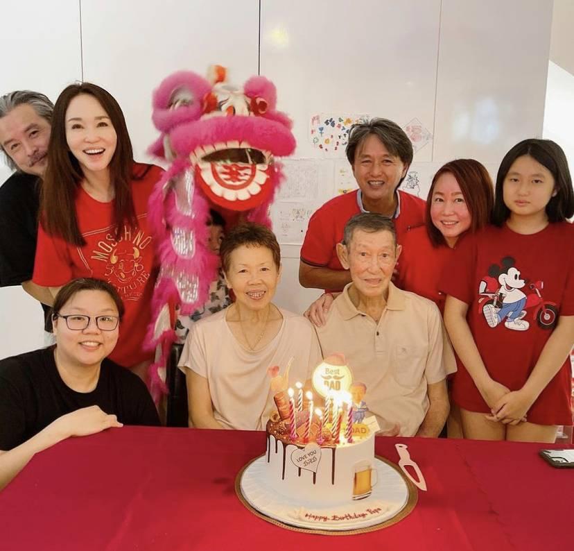 Gia đình Phạm Văn Phương bên bố mẹ đẻ và họ hàng dịp đầu năm nay.