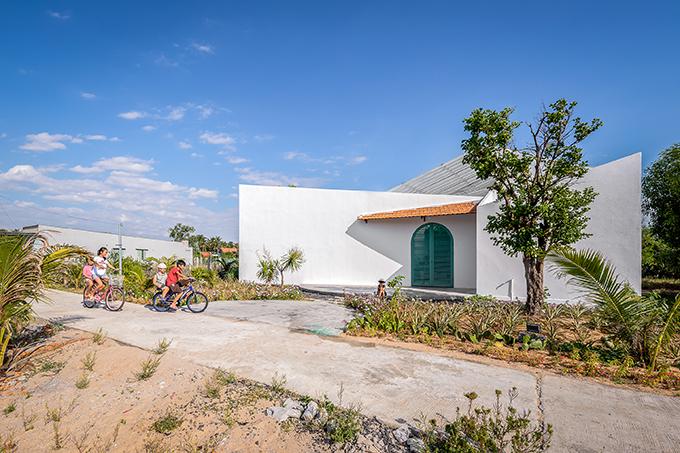 Ngôi nhà tại Phú Yên được thiết kế bởi Story Architecture, có tổng diện tích 420 m2, được hoàn thành năm 2021 với tổng chi phí đầu tư, xây dựng hoàn thiện là 550 triệu đồng.