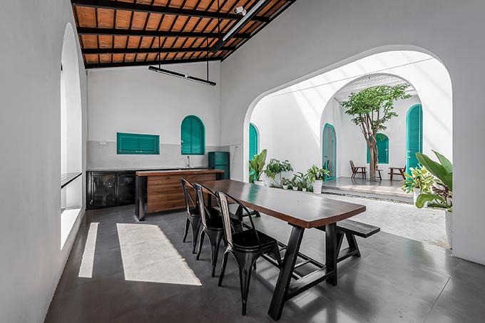 Nhà có hai phòng ngủ tách rời với không gian phòng khách, bếp và phòng ăn.