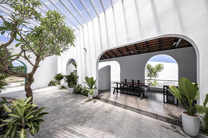 Để giải phóng tầm nhìn khi chủ nhà sinh hoạt bên trong, nhóm kiến trúc sư thiết kế nhiều ô cửa lớn.