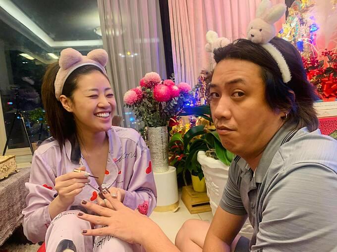Hoa hậu Khánh Vân cười tít mắt khi trổ tài sơn móng tay cho anh trai.