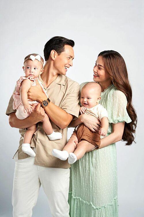 Vợ chồng Hồ Ngọc Hà - Kim Lý bên hai con song sinh.