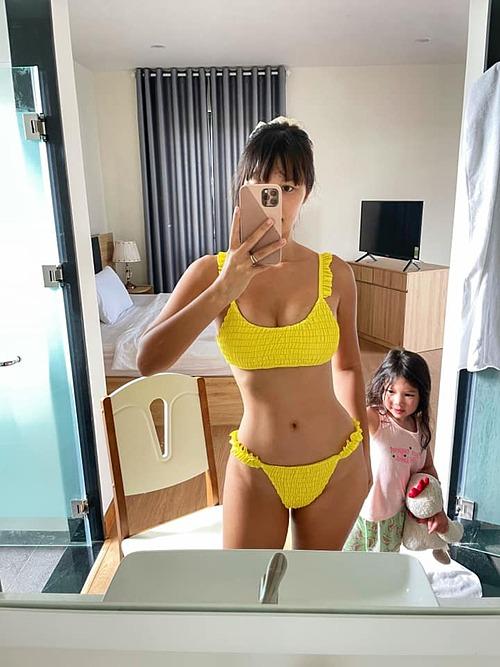 Chuẩn bị mặc bikini để ra đứng kho thịt theo nguyện vọng yêu cầu của đông đảo bà con mà con bé ranh nó ra trêu mẹ, mẹ xấu hổ mặc đồ vào ra kho thịt tiếp, siêu mẫu Hà Anh kể.