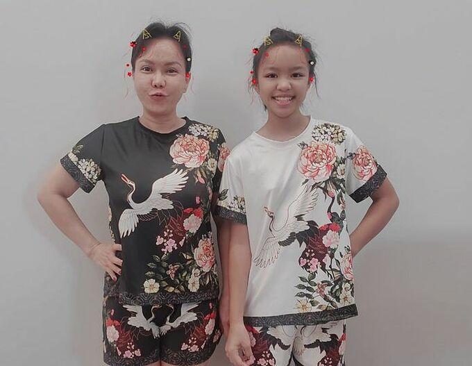 Việt Hương khen con gái hòa nhập nhanh khi về Việt Nam. Nữ danh hài tiết lộ hai mẹ con không dùng hàng hiệu, chỉ mặc quần áo bình dân giá 100.000 đồng.